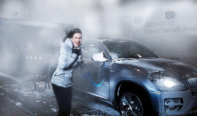 Klirrende Kälte bei zwölf Grad minus. Eisiger Wind fegt mit 80 Grad über den zu testenden BMW. Wir sind in München und alles ist nur simuliert.