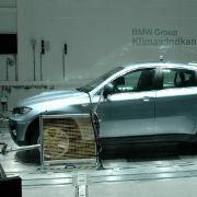 In fünf riesigen Klima-Windkanälen und zwei Kammerprüfständen testet BMW die Betriebs- und Verkehrssicherheit neuer Autos und Motorräder unter allen klimatischen Bedingungen.