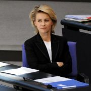 Verlässt sie die Regierungsbank im Bundestag? Arbeitsministerin Ursula von der Leyen ist laut Zeitungsberichten eine favorisierte Kandidatin der CDU-Führung. Ihr könnten sogar Stimmen aus der Opposition zufallen, spekuliert die Leipziger Volkszeitung