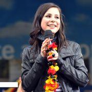 ... wie Lena Meyer-Landrut: Die Abiturientin aus Hannover, die den Eurovision Song Contest gewonnen hat, gibt rechtzeitig zum Sommerauftakt den Takt vor: cool, lässig, aber auch nicht zu freizügig, wenn es um Privates geht. Der neue Zeitgeist?