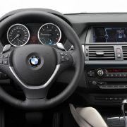 Lenkrad, Bedienelemente und Anzeigen: alles typisch BMW.