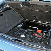 Dicke Dinger: Im Souterrain des Kofferraums sitzen die rund 100 Kilogramm schwere Akkus, die mit einer Leistung von 2,4 kWh das elektrische Dahingleiten ermöglichen.