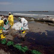 Rund um die Uhr arbeiten Helfer an den Küsten Louisianas, um die Strände von dem Öl zu säubern, so wie hier in Port Fourchon.