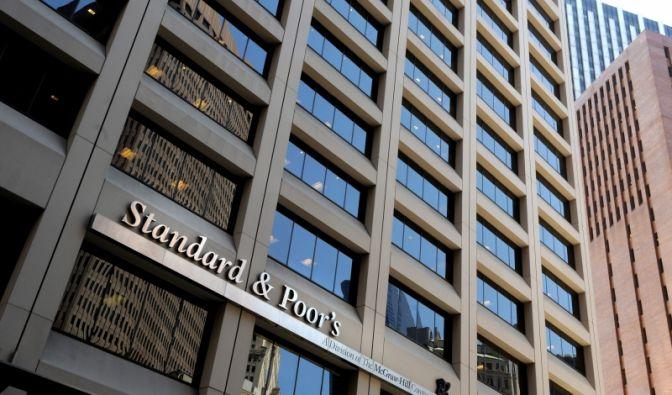 Der Enron-Skandal im Jahr 2001 rückte die Rating-Agenturen zum ersten Mal in die Öffentlichkeit. Die Analysten von Standard  Poor's bescheinigten noch fünf Tage vor dem Zusammenbruch des Energieriesen dem Konzern eine ausgezeichnete Bonität.