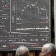 Trotz der Kritik an den Rating Agenturen und deren fehlerhaften Bewertungen in der Finanzkrise ist deren Macht unbegrenzt. Wenn sie Staaten herabstufen - wie neulich Spanien durch die Agentur Fitch geschehen - fallen gleich die Kurse an den Börsen.