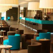Die Budget Design Hotelkette Motel One bietet mittlerweile in 27 Hotels von Hamburg bis München viel Design für wenig Geld. Echt nobel: Die Hotellounge in Leipzig wurde ganz in den typischen Blau- und Brauntönen gehalten.