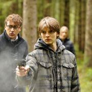 Schüler machen Schießübungen im Wald.
