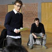 Leander Blohm (Mitte) wird als verdeckter Ermittler in die Schule eingeschleust.