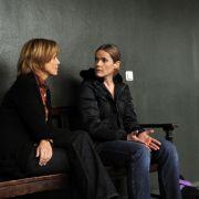 Ulrike Kriener als Kommissarin Lucas und Karoline Eichhorn als Nele Klausmann im Krimi Wenn alles zerbricht der Reihe Kommissarin Lucas.