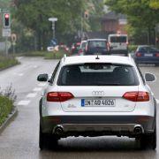 ... die Ampel ist dann mit einem zentralen Verkehrsrechner verbunden, der wiederum mit dem Auto Kontakt aufnehmen kann.