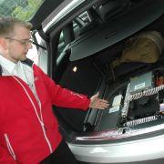 Noch besteht die Technik aus mehreren Boxen, Kabeln und Sensoren im Kofferraum der Testflotte.