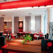 Mit Ibis betreibt der französische Hotelriese Accor seit 1974 überaus erfolgreich eine Kette im Economy-Segment - und dies in 43 Ländern. Im Münchner Ibis-Hotel kann man in schönem Ambiente sehr gut speisen.