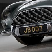 Scheut kein Blitzlicht: Der DB5 hat nicht nur das gewisse Etwas, sondern auch gewisse Extras, wie der Nummernschild-Wechsler.