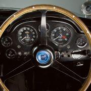 Wer den Aston Martin mit eigenen Augen sehen will, der sollte im Juni im altehrwürdigen Stoke Park Club vorbeischauen. Dort wird der DB5 vor historischer Kulisse präsentiert.