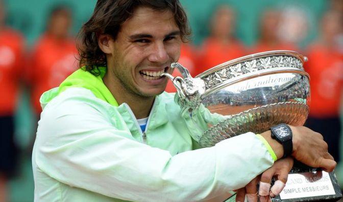Überglücklich umarmt Rafael Nadal seinen Pokal.