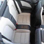 Offen kann problemlos zu viert gefahren werden. Geschlossen allerdings schränkt das Mercedes E-Klasse Cabrio durch die knappe Innenhöhe die Kopffreiheit etwas ein.