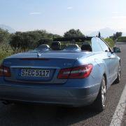 Der Grundpreis für das Mercedes E 250 CDI Cabrio liegt bei 49.861 Euro. Wer die Mütze braucht, auf das Aircap also nicht verzichten will, muss nochmal 821 Euro drauf legen.