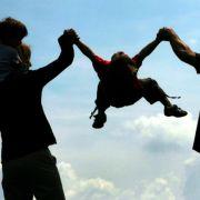 ... denn auch das Elterngeld wird es für Hartz-IV-Empfänger künftig nicht mehr geben. Kürzungen beim Elterngeld treffen aber auch alle anderenFamilien, da nur noch 65 Prozent des Nettoeinkommens als Berechnungsgrundlage genommen werden. Gestric