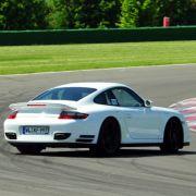 Auch kein sündhaft teueres Profigerät wie ein Porsche 911 Turbo schützt vor einem unfreiwilligen Dreher.