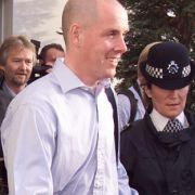 ... In der Haft erkrankte Leeson an Krebs, der er nach eigenen Angaben aber heute besiegt hat. Im Juli 1999 wurde er nach vier Jahren Haft freigelassen. Das Bild zeigt, wie er am Londoner Flughafen Heathrow ankommt.