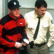 1995 wird der britischer Börsenhändler Nick Leeson am Flughafen Frankfurt am Main festgenommen, kurz danach nach Singpur ausgeliefert und dort zu wegen Betrugs in Milliardenhöhe zu sechseinhalb Jahren Haft verurteilt. Er hatte dort als Händler der traditi