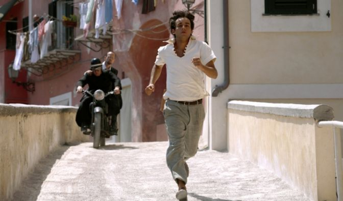 Marcello will Elenas Herz gewinnen, dafür muss er sich ziemlich ins Zeug legen.