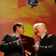 Zur Eröffnungsveranstaltung INTERSCHUTZ 2010 überreicht der Präsident der Vereinigung zur Förderung des Deutschen Brandschutzes e.V., Hans-Jochen Blätte (links) den Excellent Award an Dr. Christain Knaust von der Bundesanstalt für Materialpr