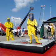Auf dem Freigelände der Messe werden auch Schutzbekleidungen für Feuerwehr- und Einsatzkräfte vorgestellt.