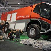 Dieses Feuerwehrfahrzeug wird bei Löscharbeiten am Flughafen eingesetzt.