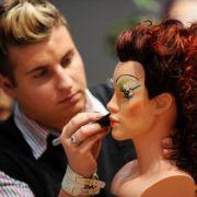 Einfacher zu entfernen sind da spektakuläre Make-up-Kreationen mit gefiederten Wimpern und knalligen Farben.