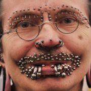 Zugegeben:Hat man von seinen Piercings die Nase voll, dann hinterlassen die Metallstäbe mehr oder minder große Löcher im Gesicht - oder auch in anderen Körperteilen.