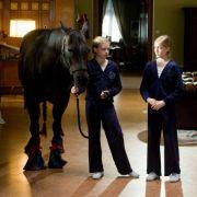 Es ist ein Freundschaftsdienst, der die Zwillinge dazu bringt, ein Pferd auf den Internatsflur zu stellen.