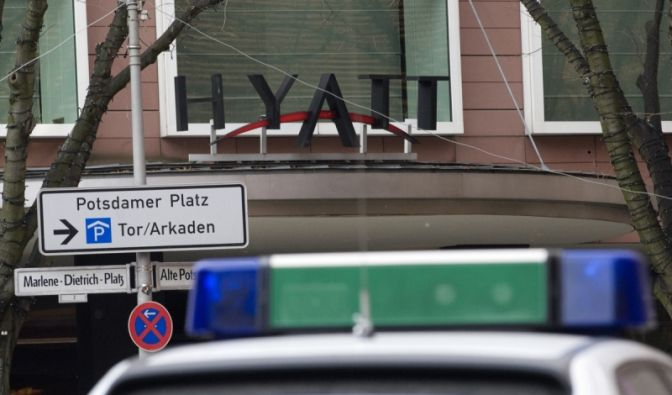 Sie kamen mit Maschinenpistolen und Macheten: Mehrere hunderttausend Euro raubten schwerbewaffnete Gangster