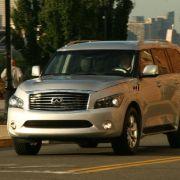 In der Klasse der üppig dimensionierten Luxus-SUV kämpft der Über- Infiniti mit wenig filigranem Design gegen Erfolgsmodelle wie Mercedes GL, Cadillac Escalade oder Lincoln Navigator.