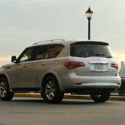 Angesichts der Dimensionen und des Fahrzeugsgewichts von über 2,6 Tonnen sollte einen ein Realverbrauch von über 16 Litern Super auf 100 Kilometern nicht überraschen. Der für den sportlichen SUV-Bruder FX neu entwickelte Dreiliter-Diesel soll erst einmal