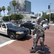 Anthony Le ist ein echter Spielefan. Vor dem Gelände der E3 ist er mit seinem selbstgebastelten War Machine-Kostüme unterwegs.
