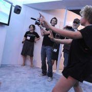 Mikaela George Spielberg spielt auf der Electronic Entertainment Expo am Stand von Ubisoft ein Spiel ihres Vaters Steven.
