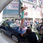 Auf den mächtigen Leuchtreklamen des Square zogen diesmal nicht Kinotrailer von Sex and the City oder lokalen Musicals alle Blicke auf sich, sondern Stefan Jacoby, CEO von Volkswagen Nordamerika und die neue Mittelklasse- Limousine von Volkswagen.