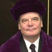 Im April 2001 bekommt er die Ehrendoktorwürde der Philosophischen Fakultät der Jenaer Friedrich-Schiller-Universität verliehen. Mit der Auszeichnung werden die Verdienste Gaucks um den Erh