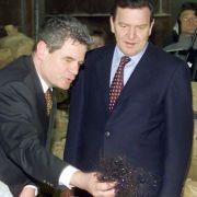 Im Jahr 2000: Joachim Gauck (l.) zeigt Bundeskanzler Gerhard Schröder in der ehemaligen Stasi-Zentrale in Berlin zerschnittene Tonbänder und zerrissene Papiere.