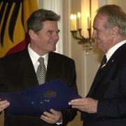 Damals hätte Joachim Gauck wohl nicht geglaubt, dass er einmal selbst als Staatsoberhaupt kandidieren würde: Bundespräsident Johannes Rau (r.) zeichnet ihn im September 2000 im Schloss Bellevue mit dem Verdienstorden der Bundesrepublik aus. Gauck ist am E