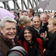 20 Jahre nach dem Mauerfall geht Bundeskanzlerin Angela Merkel am 9. November 2009 über den ehemaligen Grenzübergang Bornholmer Straße in Berlin.