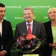 Nach dem überraschenden Rücktritt von Horst Köhler wurde Gauck als Kandidat zur Bundespräsidentenwahl aufgestellt - von den Grünen (hier am 7. Juni 2010 mit den Vorsitzenden Cem Özdemir und Claudia Roth) ...
