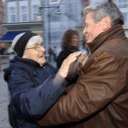 Gauck wird im Oktober 2009 vor einer Demonstration durch die Innenstadt von Rostock mit Bürgerrechtlern und Gemeindemitgliedern von einer Demonstrantin begrüßt.