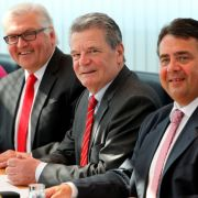 Hier nimmt Gauck mit dem Fraktionsvorsitzenden Frank-Walter Steinmeier (l.), dem Vorsitzenden der Sozialdemokraten, Sigmar Gabriel, und der Generalsekretärin Andrea Nahles (r.) an der SPD-Vorstandssitzung im Willy-Brandt-Haus in Berlin teil.