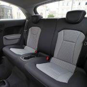 Kein Platz für einen fünften Mann im Wagen: Der Raum zwischen den Fond-Passagieren ist mit zusätzlichen Becherhaltern ausgefüllt.