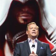 Jack Tretton, Präsident von Sony Computer Entertainment Amerika, zeigt bei der Spielemesse E3 das neue Assassin's Creed Brotherhood. Das Spiel soll noch in diesem Jahr auf den Markt kommen.