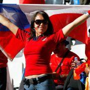 Die Chilenen stehen zu ihrer Nationalmannschaft, der Roja. Rot dominiert auch das Oberteil dieser chilenischen Anhängerin.