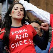 Was will uns diese Dame aus Portugal sagen? Sie steht auf Schwein und Käse.