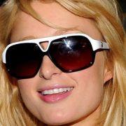 Hotelerbin Paris Hilton hat ein ovales Gesicht, mit dem sie eigentlich alle Brillenformen gut tragen könnte. Doch Stars wie Paris kennen die Trends gut und wissen, dass keine Sonnenbrille so angesagt ist wie die Pilotenbrille.